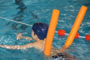 Verano-estimular-ejercicio-agua-corchos-flotadores-blog-psicología-maternidad-Madresfera