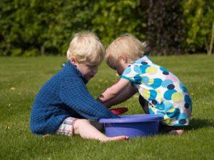 Jardín-casa-palangana-cubo-pistolas-hermanos-juegos-estimulación-sensorial-temperaturas-blog-Madresfera