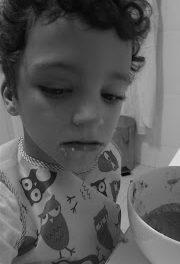 Autismo y las manías de mi hijo: manos en la comida. Y cómo su hermano me da una gran lección.
