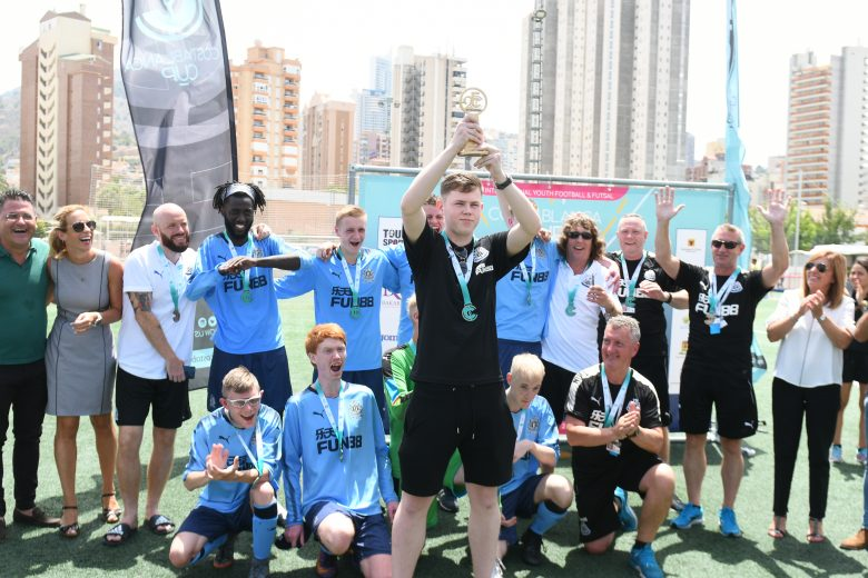 Equipo Futbol inclusivo levanta copa