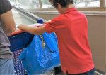 Rodrigo empujando carro en supermercado