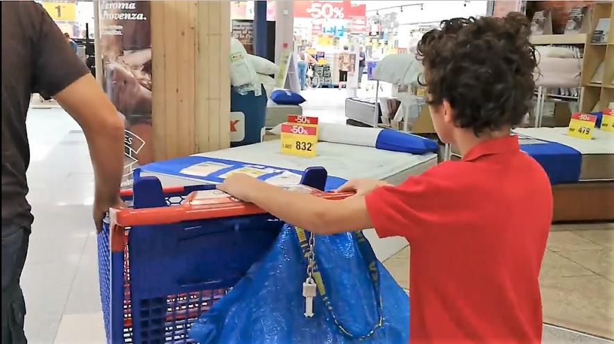 Rodrigo empujando carro en el supermercado