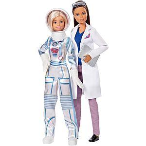 Barbie científica morena con bata y pantalones y barbie en traje espacial