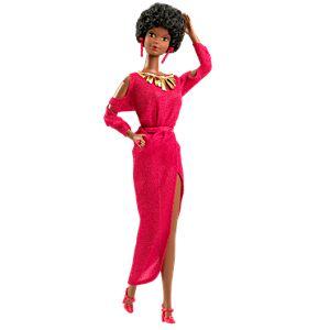 Primera barbie negra con traje de noche largo fucsia y pelo corto afro