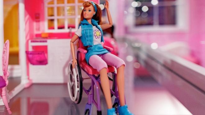 Muñeca barbie en silla de ruedas
