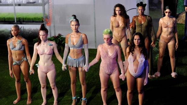 Grupo de mujeres en ropa interior con todo tipo de anatomías, etnias, tamaños para el desfile de la colección de Rihanna Savage x Fenty