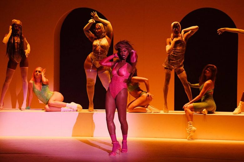 Laverne Cox desfilando para Rihanna