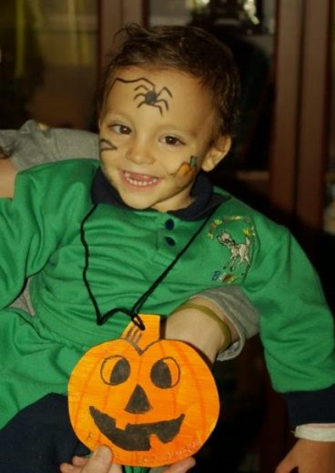 Rodri de bebé con una calabaza de cartón colgada. Halloween yTEA