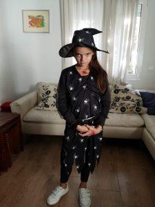 Aitana disfrazada de brujaen Halloween