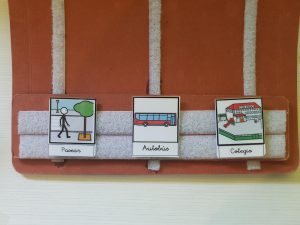 PIctograma de un niño paseando, un autobús y un colegio para trabajar la anticipación de rutina escolar
