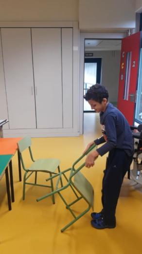 Educación Especial: adaptándonos a la adolescencia.Rodrigo colocando una silla