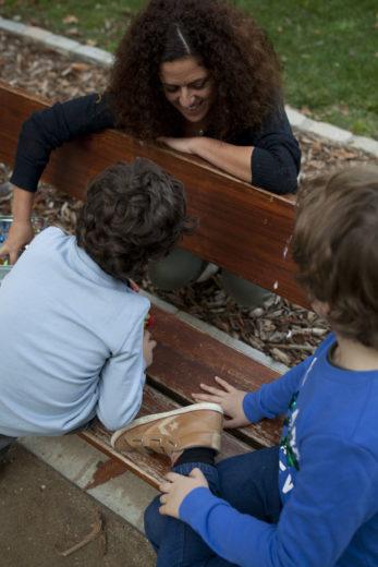 Parálisis cerebral infantil: Hemiparesia. Geraldine en un banco con sus dos hijos. .