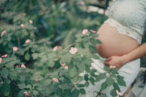 embarazada en el campo, cosm ética natural
