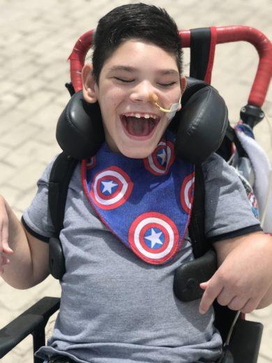 Enzo en su silla sonriendo. Fallo multiorgánico y desprendimiento de placenta