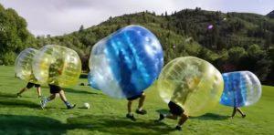 Niños en la vuelta al cole dentro de burbujas de plástico