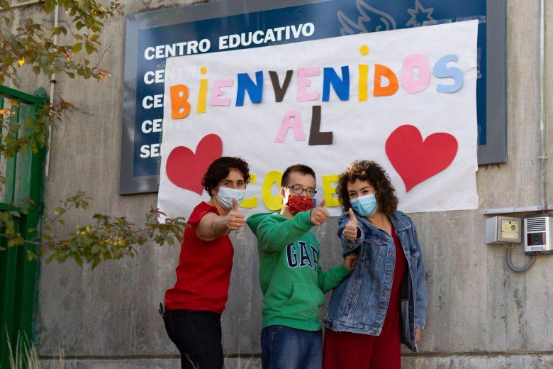 Profesores en la puerta del centro educativo Gil gayarre con mascarillas puestas haciendo el gesto con el dedo pulgar levantado de que todo va a ir bien.