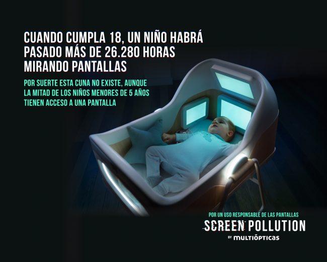 Screen Pollution: campaña de multiópticas para concienciar sobre uso excesivo de pantallas. Aparece un niño en una cuna con cuatro pantallas