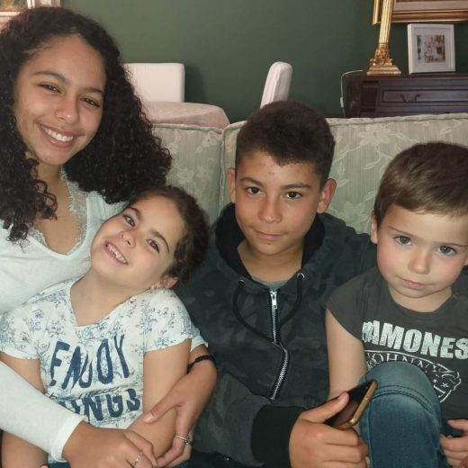 Alma Duchenne con sus dos hermanos y su hermana