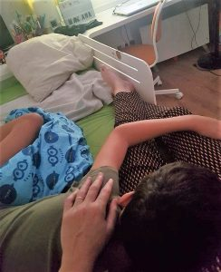 Estoy en la cama de Rodrigo abrazándole tras una crisis,