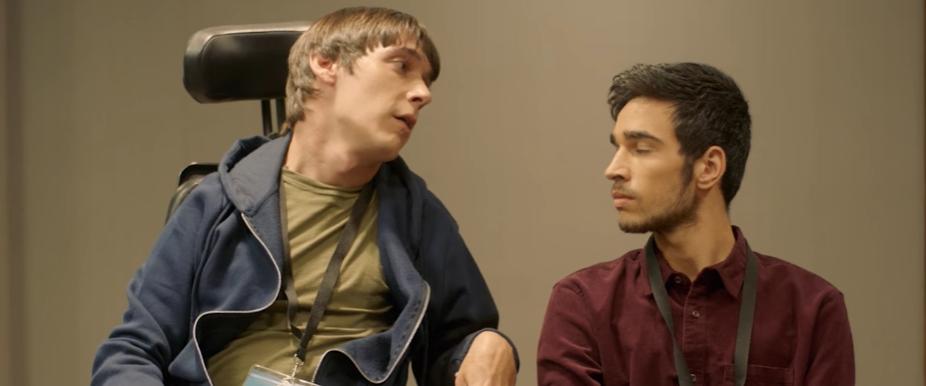 Superdotado. Sitcom sobre AACC. Un chico en silla de ruedas habla con un compañero. Cine inclusivo