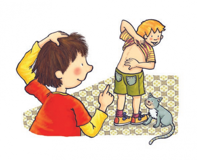 Un niño rubio enseña su columna vertebral a su amigo
