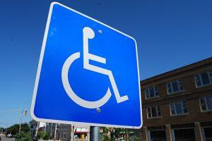 Señal de estacionamiento para personas con movilidad reducida