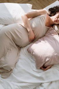Madre embarazada. tumbada en una cama