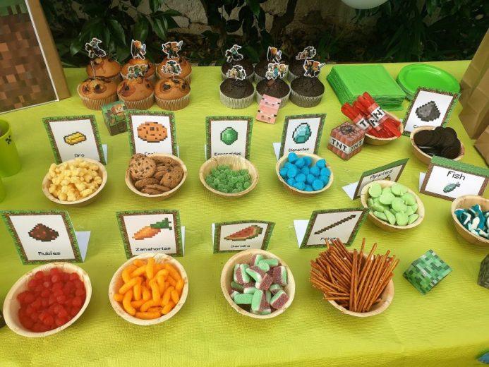 Mesa de fiesta organizada con temática mibnecraft, Hay golosinas en platos