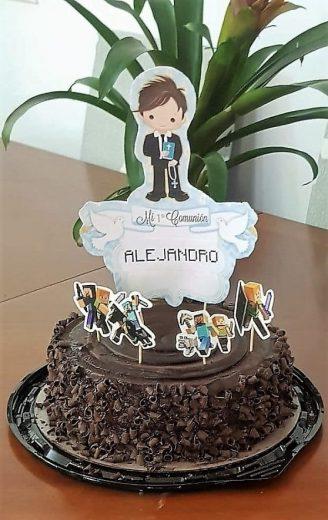 Tarta de chocolate con un dibujo de niño vestido de comunión encima