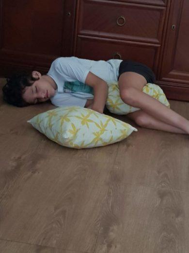 Rodrigo durmiendo con dos cojines