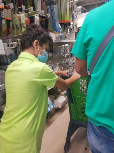 Rodrigo comprando con su padre empujando un carro